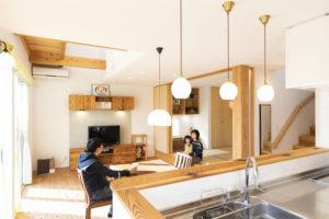 大黒柱が見守る家族とともに成長する家(ゼロ・エネルギー住宅)