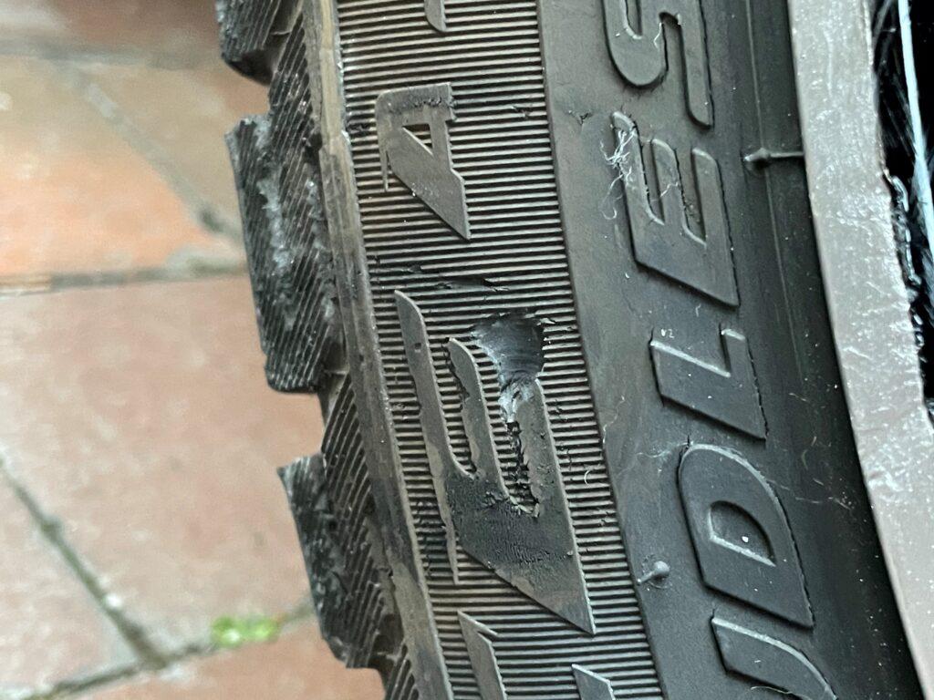 タイヤのサイドウォールに傷を作ってしまいました(涙)